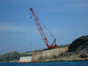 南大東島は人も荷物もクレーンで運びます
